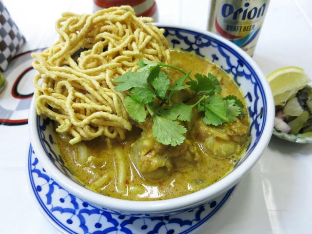 画像2: タイの焼きそば特集の締めはタイ北部、チェンマイ名物のカオソーイという麺料理。実は焼きそばではなくスープ麺なのだが、揚げた麺をトッピングするスタイルなので、完全に無縁というわけではない。 カオソーイを食べに訪れたのは、九段 ... 続きを読む → yakitan.info