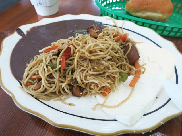画像2: アメリカ西海岸の焼きそば特集。先週は中華系のあれこれをご紹介しましたが、今週はラテンアメリカ系の飲食店で食べた品々をご紹介します。今回訪れたサンフランシスコ・ロサンゼルスの属するカリフォルニア州は、ヒスパニック系の住民が ... 続きを読む → yakitan.info