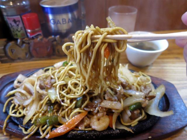 特徴的な麺、鉄板で熱々