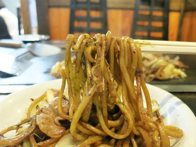 モチモチ食感の中太ストレート麺が美味しい