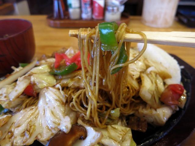 極細の茹で麺にオリジナルのブレンドソース