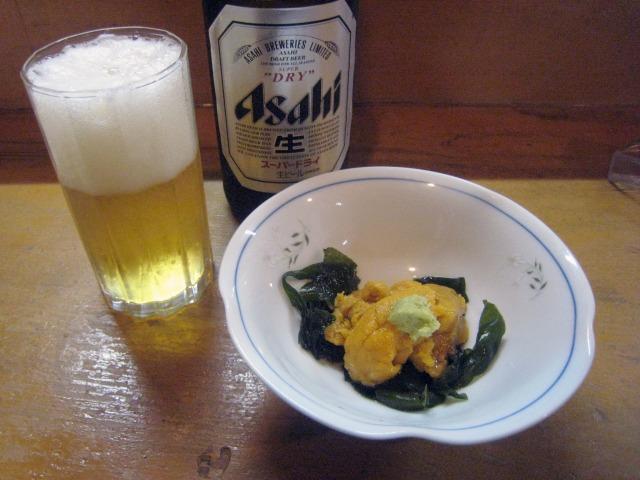 瓶ビール(500円)とお通しの生ウニ
