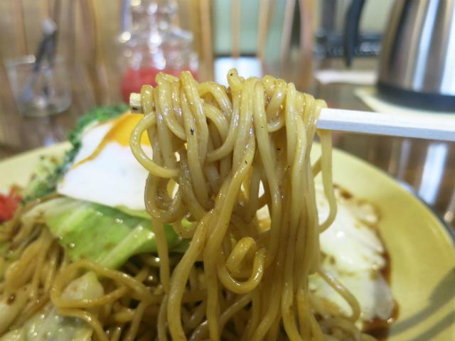 中太の蒸し麺に甘目のソース