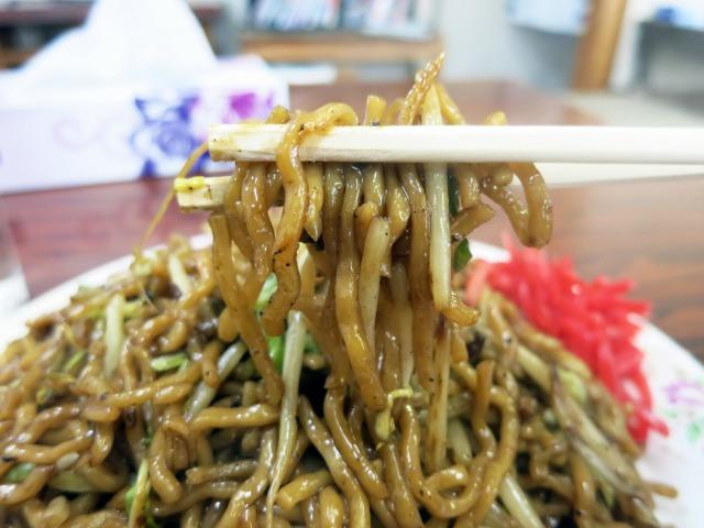 かなり短い麺と刺激的な味付けが特徴的