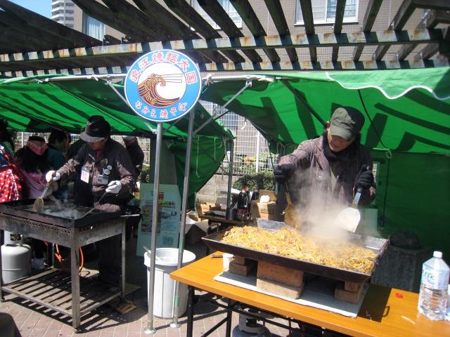 太国の麺バーが豪快に調理してゆく