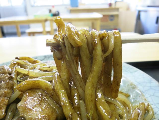 うどん並みの極太麺はモチモチ