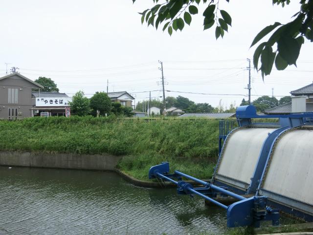 小貝川と用水路を隔てる水門