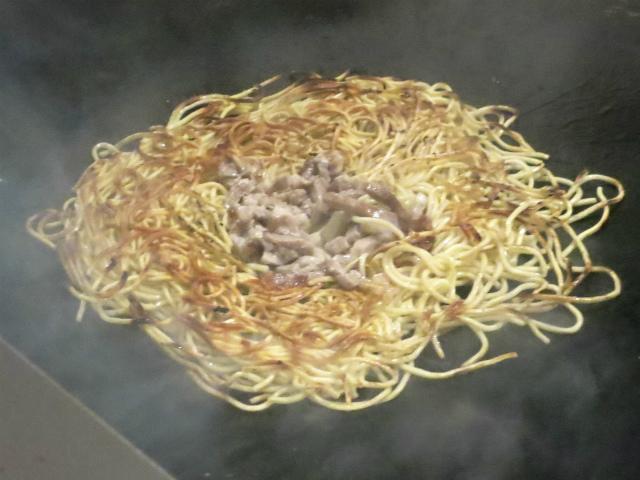 茹で上げた麺の両面をしっかり焼き上げる