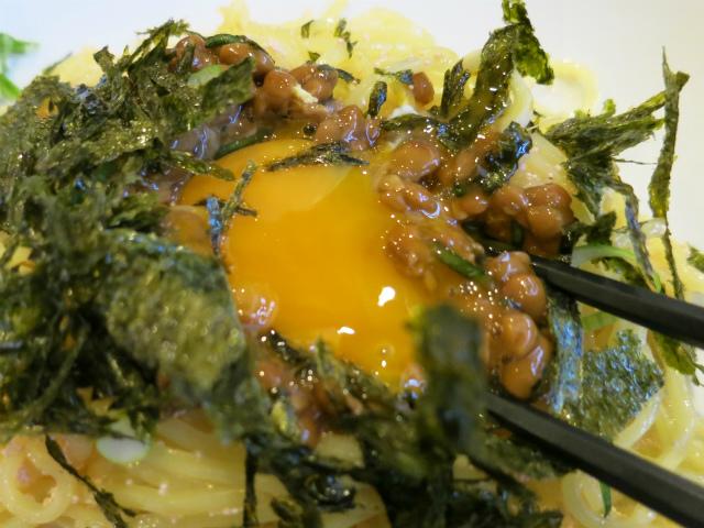 卵黄を崩して納豆に混ぜちゃう