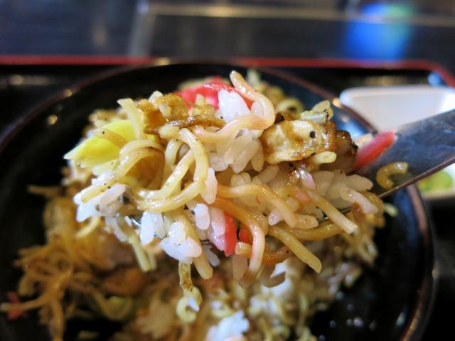 炒飯味の焼きそばをオカズに白飯を喰らう