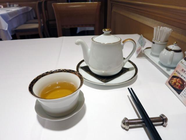 茶器も箸もテーブルクロスもオーラが違う