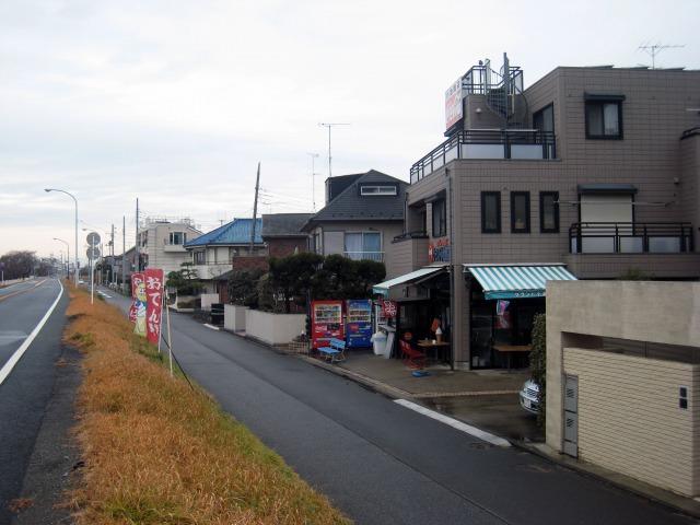 多摩川の堤防沿いの道路
