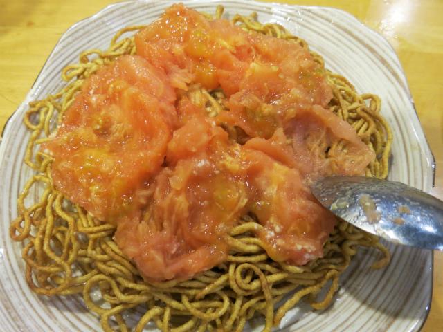 トマトをスプーンで潰して全体に広げます