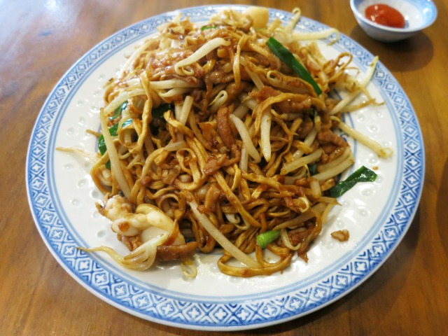 「伊麺」「伊府麺」と呼ばれる揚げ麺を使用