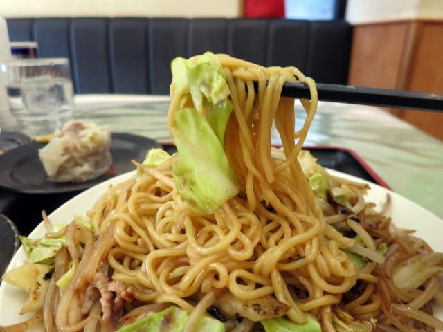 中細麺と醤油風味、野菜たっぷり