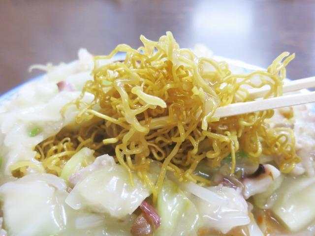 粘り腰のある特徴的な食感の揚げ麺