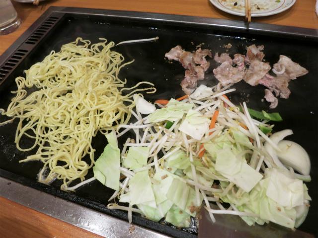 麺・肉・野菜を別々に焼き上げます