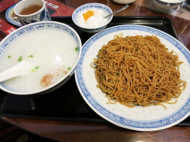 カキソース和えソバと豚肉入おかゆセット 864円