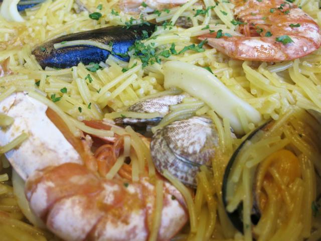 専用パスタと魚介類がいい塩梅で煮込まれてます