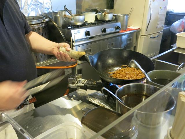 中華鍋でガシガシ炒めてます