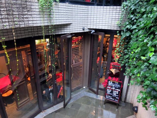 店舗はビルの地下にあります