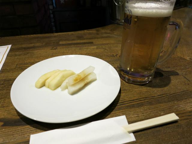 生ビール(550円)とお通しの漬物
