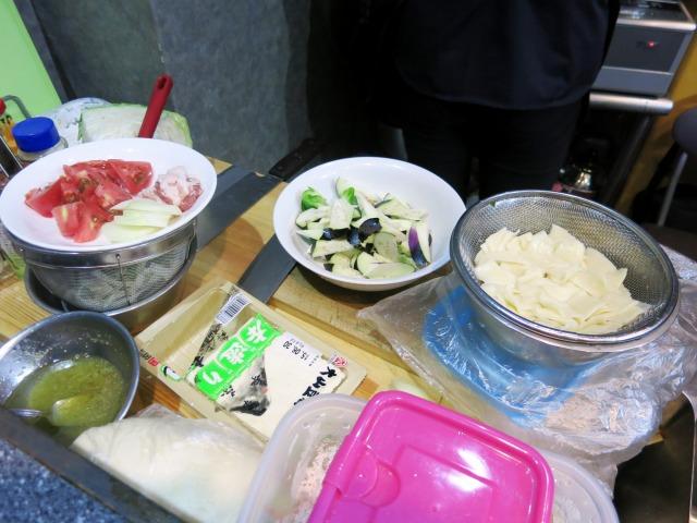 茹で上げた麺片と夏野菜などの具材