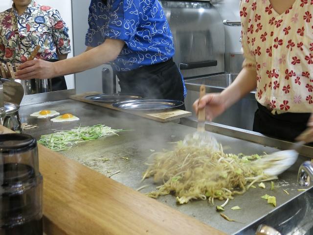 自家製生麺を鉄板で調理!