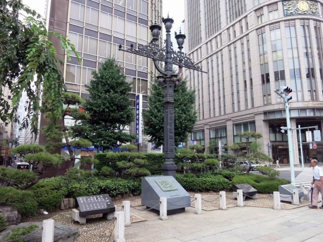 日本橋 東京市道路元標と三越百貨店