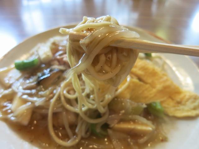 中細のストレート麺にスパイシーな銀餡