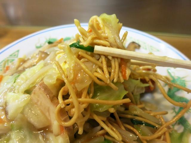 麺が中太の個性的な皿うd……焼きそばです