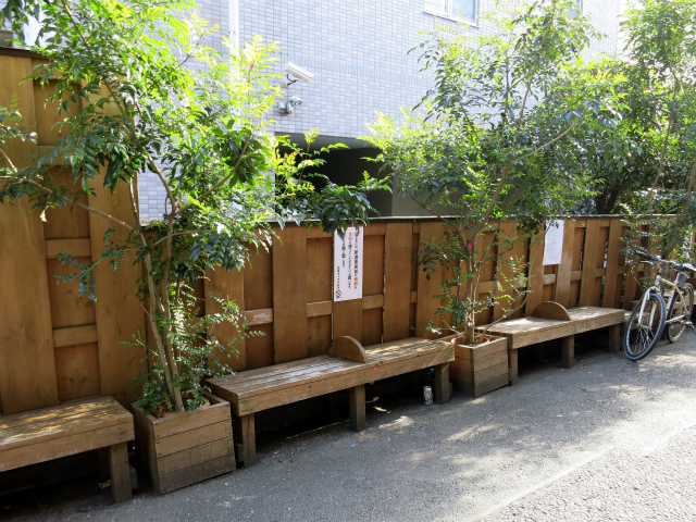 中野昭和新道商店街のベンチを使わせていただきましょう