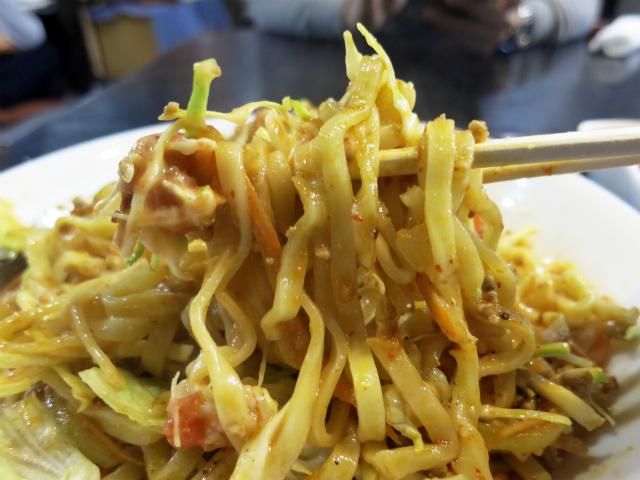 沖縄そばの麺とタコス風味の味付けがマッチしてます