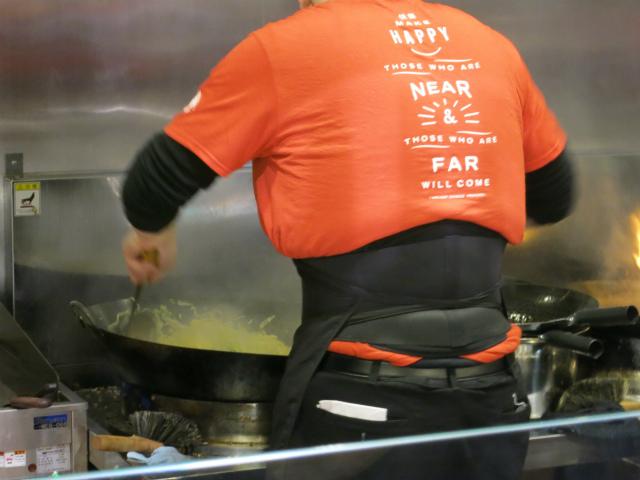 調理人は腰痛対策のコルセットを着用