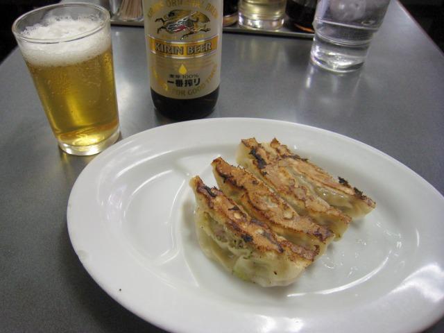 ビール小瓶と半餃子
