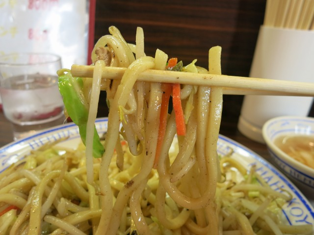 うどん並みの極太麺が特徴的