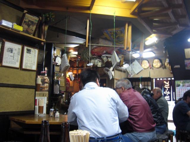 ぶらさがる新聞紙やボルスという酒など謎の多い店だ