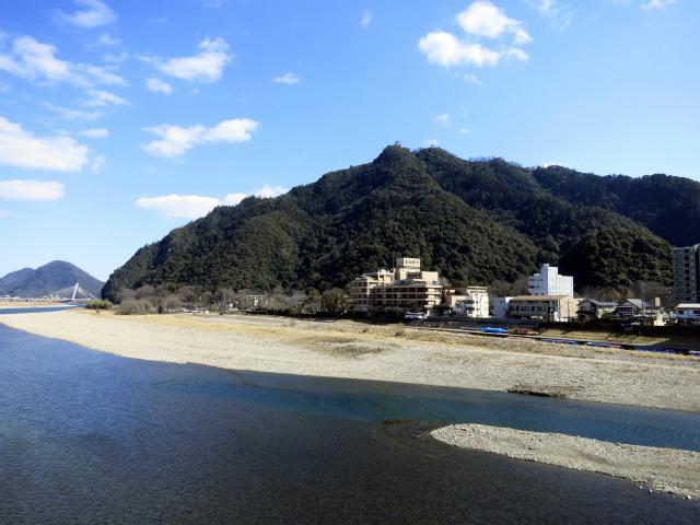 長良川と金華山、頂上には岐阜城
