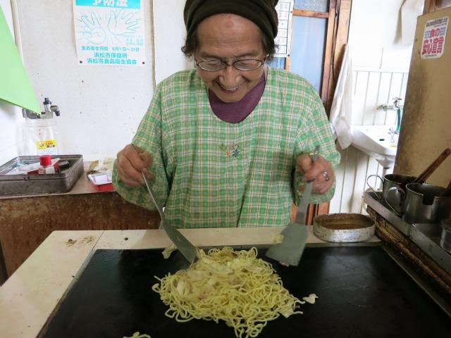 中野商店のおばあちゃん 丁寧に炒めてます