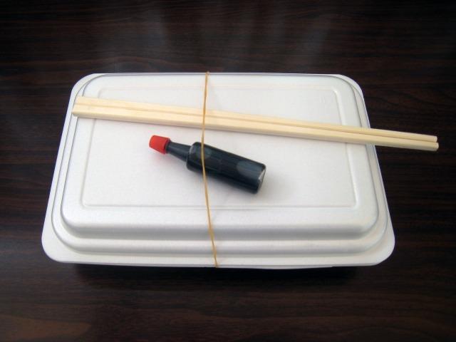 白いパックに醤油ダレ、割り箸