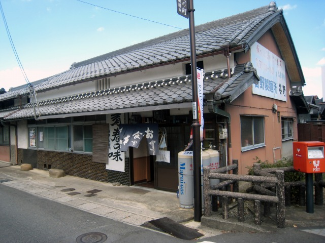 甲賀市水口 谷野食堂  10月の平日、11時の開店直後に入店。客席は四人掛けのテーブルが8つほ.
