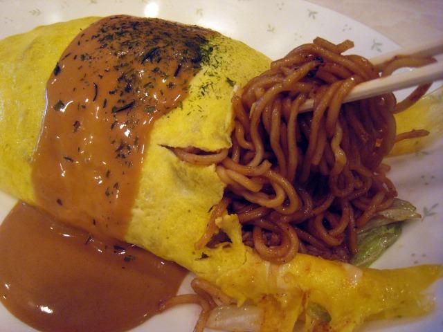 玉子とオーロラソースが細麺に馴染む