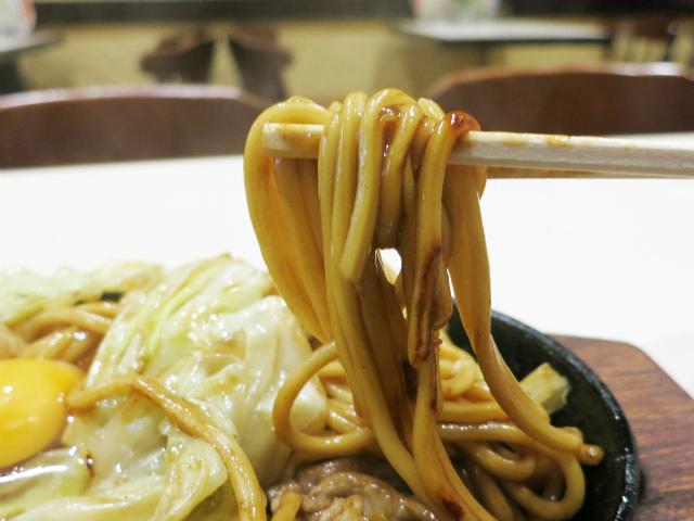 モチモチ食感の太麺が美味い