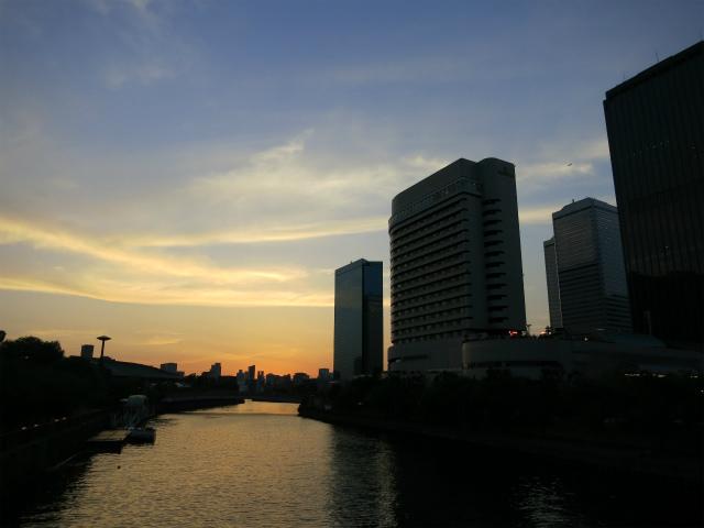 大阪城のお堀端も夕焼けに染まり……