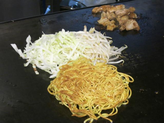 茹でたて生麺をカリッと焼き上げる