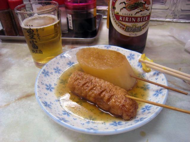 ビール大瓶(480円)と関東煮
