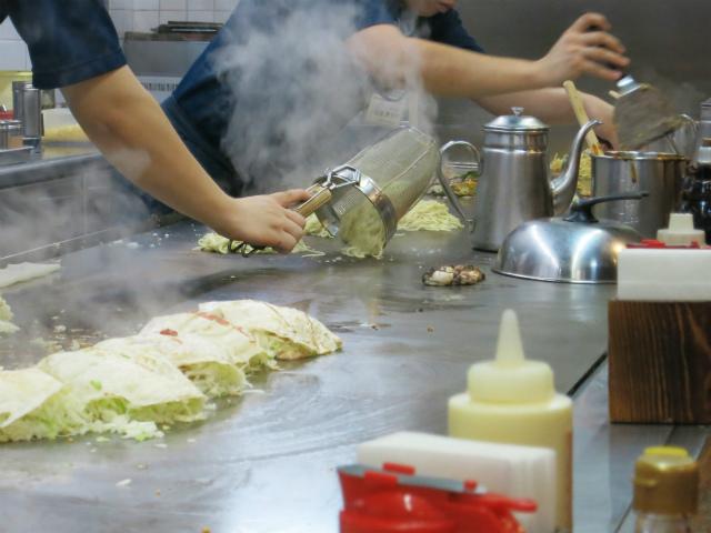 茹で上げた麺にラードを差して焼く