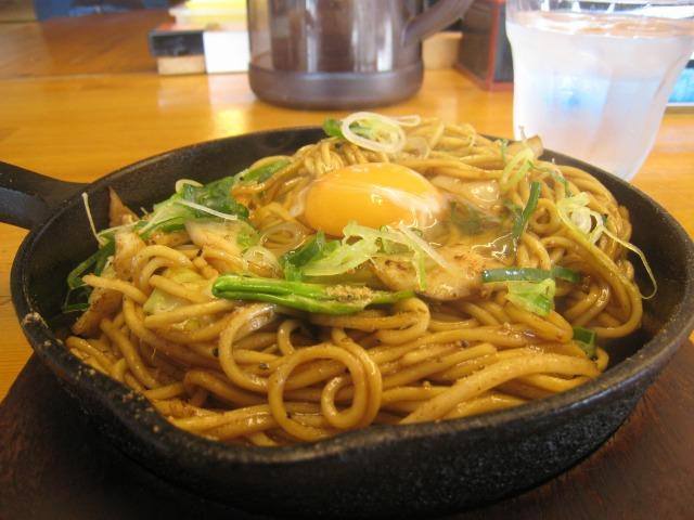 突貫亭焼きそば(細麺ソース・500円)+落とし卵(50円)
