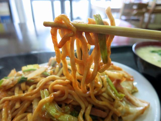 沖縄そばの麺をケチャップで味付け