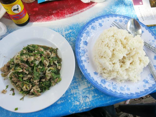 鶏のラープとカオ・チャーオ(うるち米)